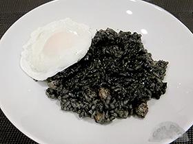 Arroz negro con huevo escalfado
