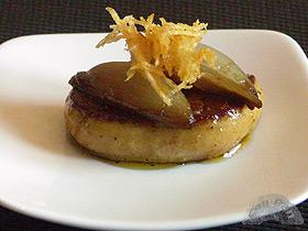 Canape de foie, cebollita confitada y crujiente de patata